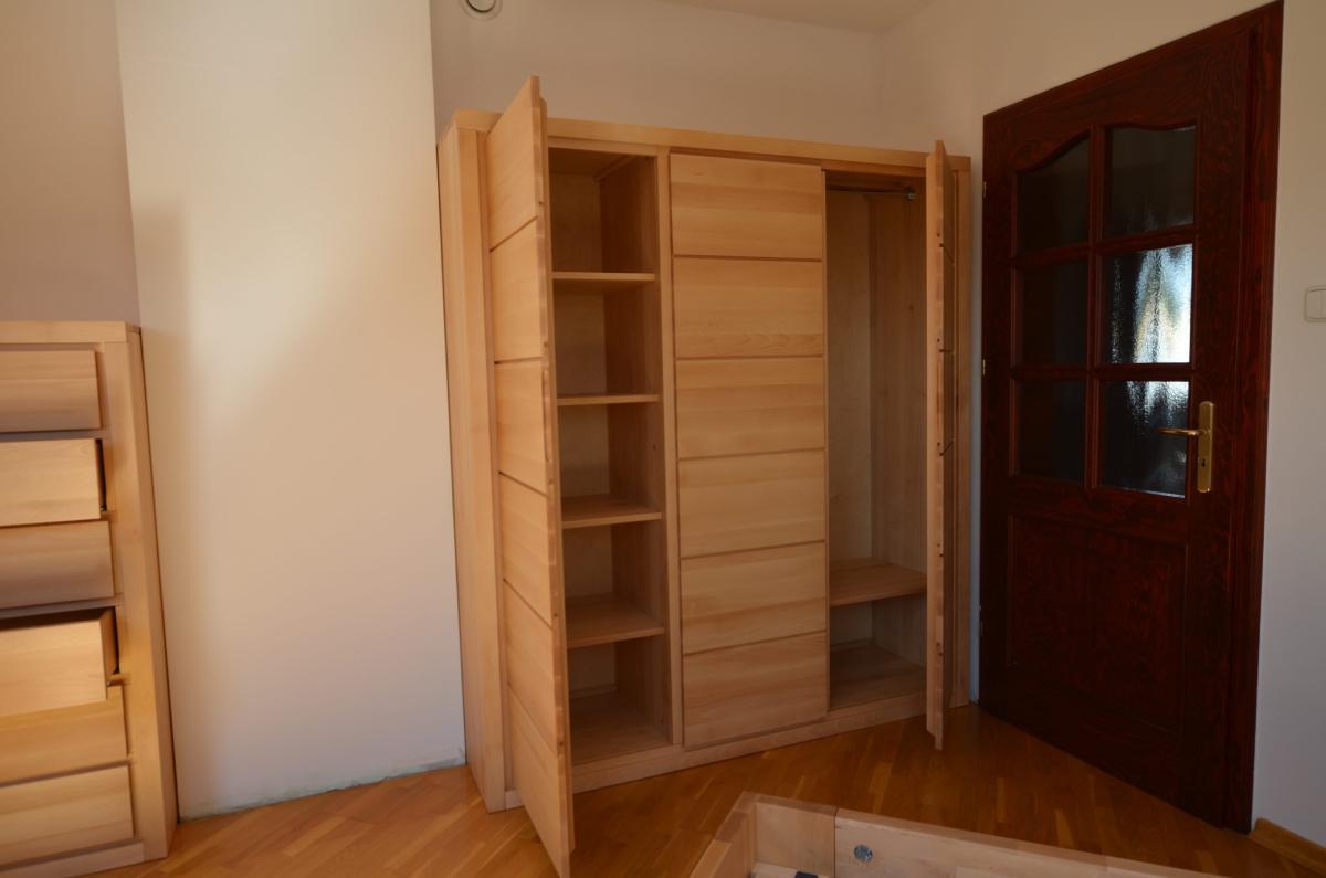 Wnętrze szafy drewnianej trzydrzwiowej