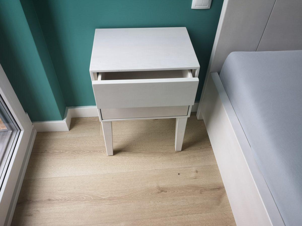 szuflady w szafce nocnej buk bielony
