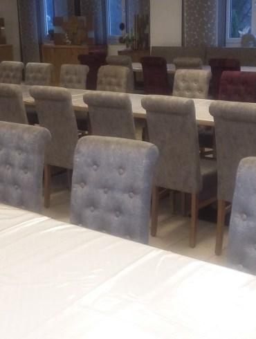 krzesła tapicerowane z guzikami