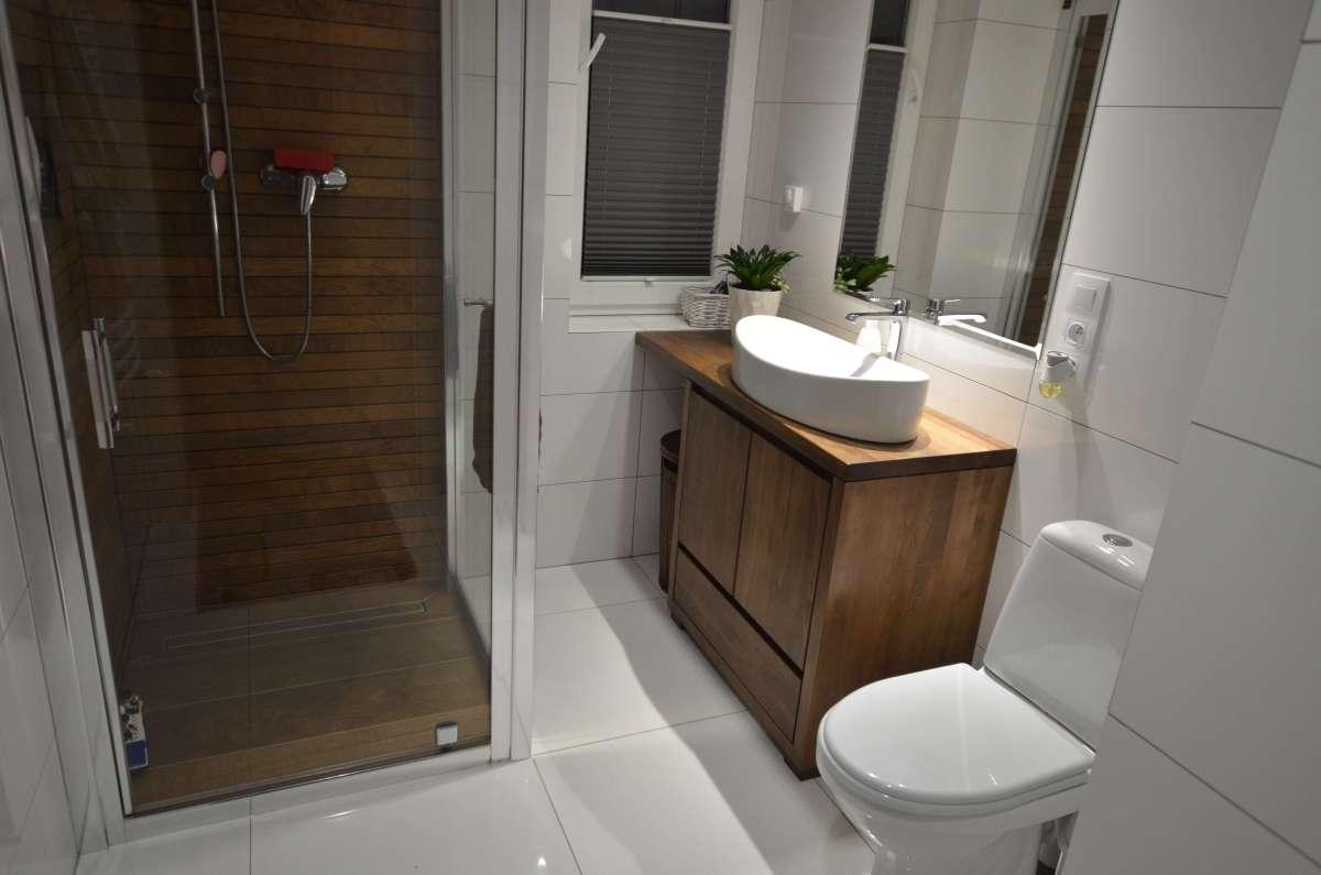 meble łazienkowe drewniane pod kolor płytek