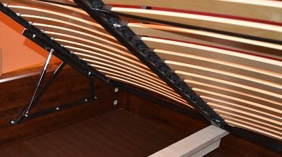 stelaż podnoszony do łóżka ze skrzynią