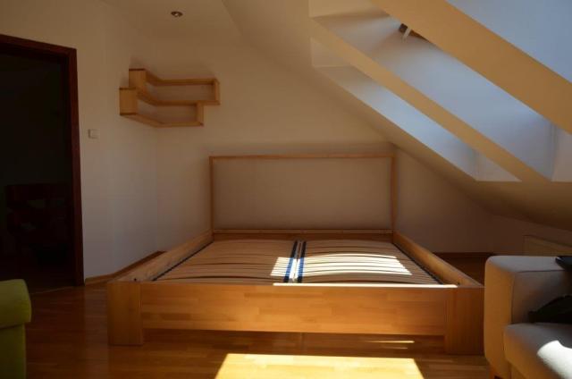 łóżko drewniane bukowe tapicerowane