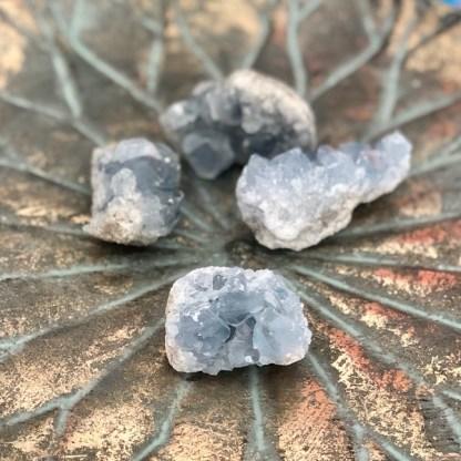 celestien ruw clustertje mineralen engelensteen