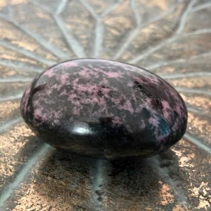 rhodoniet handsteen mineralen gepolijst