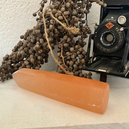 seleniet punt obelisk oranje mineralen wit