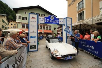 Wolf Moritz und Althammer Nina auf Jaguar E Roadster Serie 3 BJ 1973