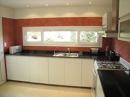 Mueble de cocina realizado a medida en melamina blanco
