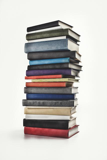 ¿Necesitas una mesa auxiliar? ¡hazla con libros!
