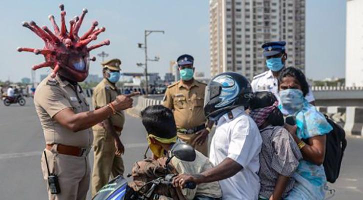 Il casco a forma di Coronavirus del poliziotto di Chennai