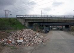 Materiale di risulta abbandonato in via Vescovali, traversa della Portuense tra Ponte Galeria e la Nuova Fiera di Roma