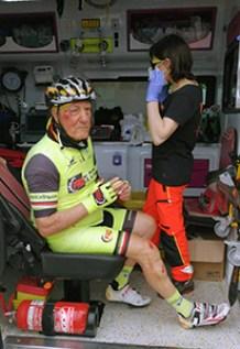 L'ex ciclista professionista Umberto Proni soccorso dopo l'incidente sulla pista ciclabile Tevere
