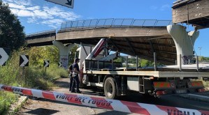 Crolla parte del ponte della pista ciclabile della Laurentina