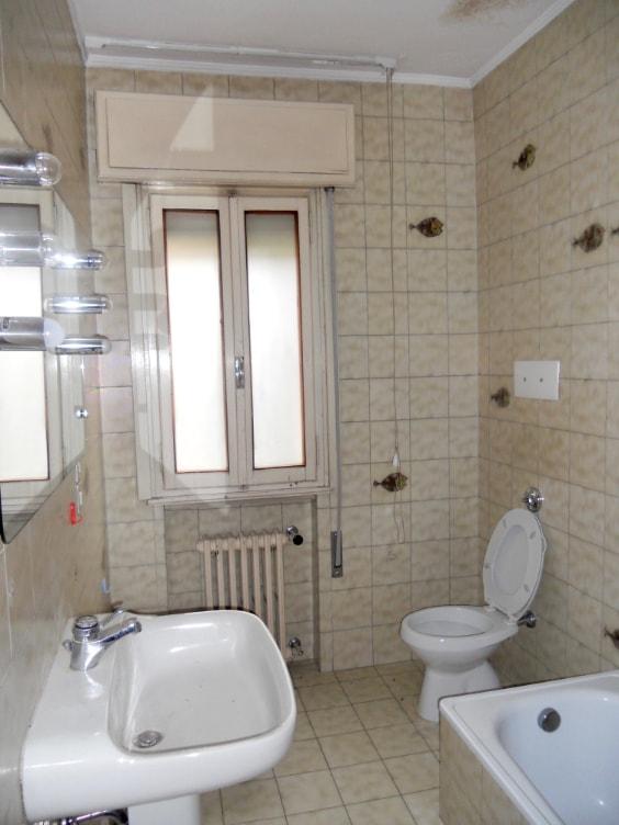 Vecchio bagno rivestito fino al solaio