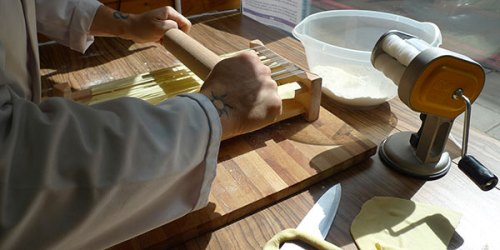 Cutting spaghetti on a citarra: traditional and efficient.
