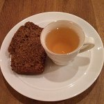 A cup of hot white glögg goes very well with a slice of ginger cake.
