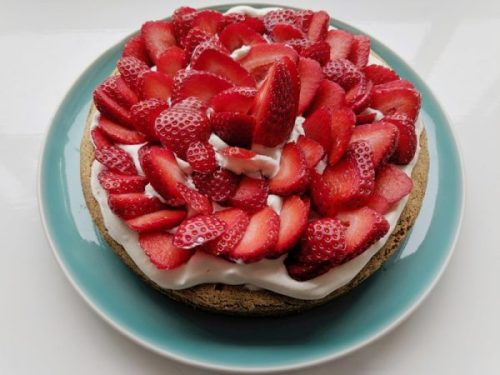 There are few things that says summer to me as loudly and clerarly as a strawberry and whipped cream sponge.