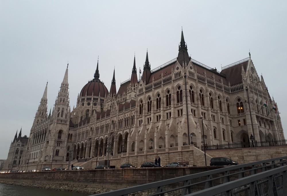 palatul parlamentului ungar pe malul dunarii