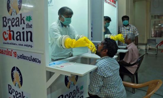 """""""Tueuse de coronavirus!"""" Comment la ministre de la santé du Kerala est devenue une rock star"""