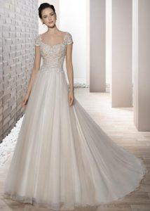 246870061b42 Για όσες γυναίκες θέλουν να φορέσουν κάτι πιο απλό ο οίκος νυφικών  Demetrios μπορεί να τις ικανοποιήσει