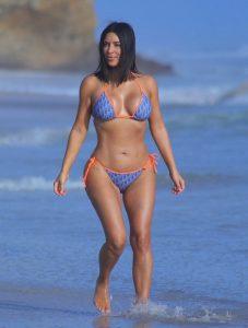 Kim-Kardashian galazio bikini me portokali kordonia