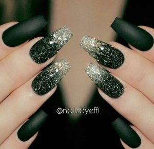 kiparissi glitter manicure