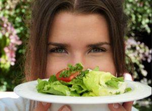 gynaika krataei salata