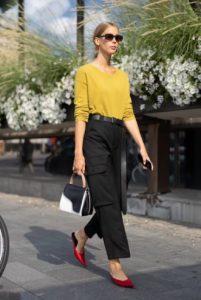 μαύρι cargo παντελόνι κίτρινο πουλόβερ