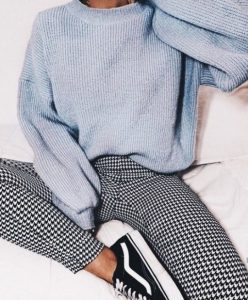 γαλάζιο πουλόβερ πλεκτό καρό παντελόνι χρώματα χειμώνα