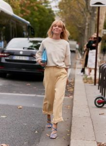 κρεμ πουλόβερ,απαλό κίτρινο παντελόνι
