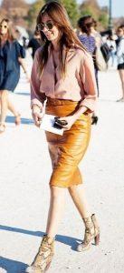 ιδέες ντυσίματος δερμάτινη φούστα μποτάκια δέρμα φιδιού