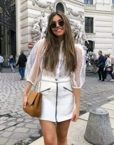 λευκό σύνολο με δερμάτινη φούστα
