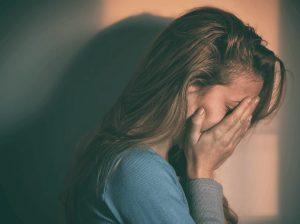 στεναχωρημένη γυναίκα χέρι πρόσωπο