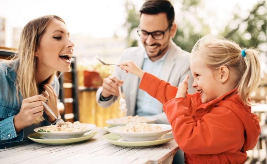 χαρούμενη οικογένεια τρώει