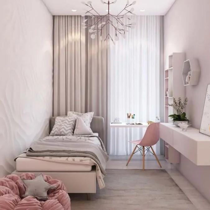 υπνοδωμάτιο με κρεμασμένες ψηλές κουρτίνες