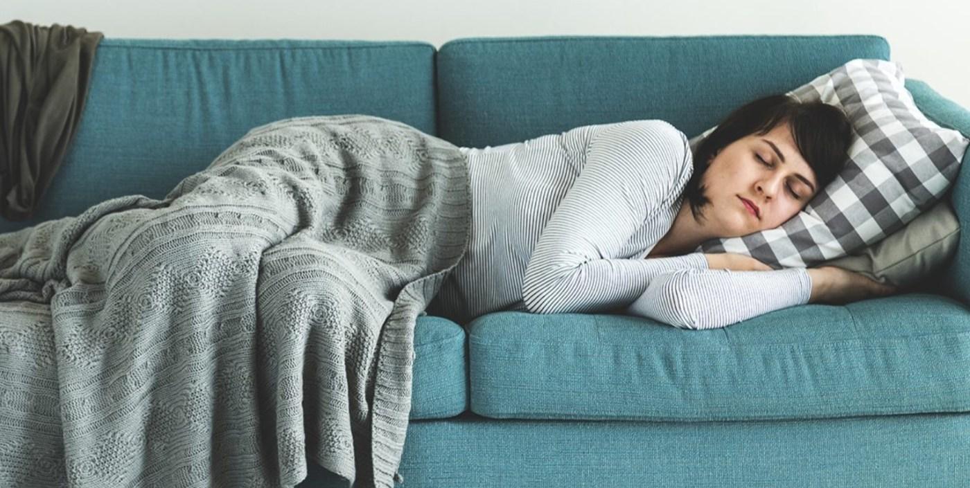 γυναίκα κοιμάται στον καναπέ