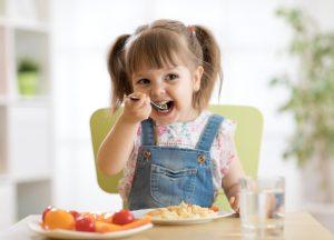 παιδάκι τρώει φαγητό