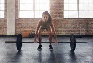 γυναίκα σηκώνει βάρη συνήθειες ρίχνουν μεταβολισμό