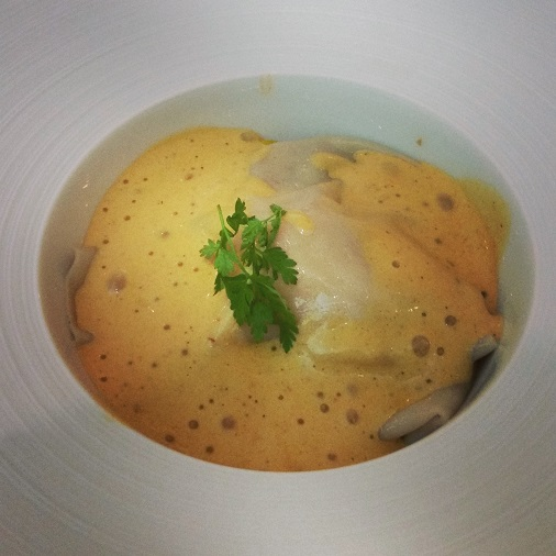 raviole de homard et ses petits légumes d'antan accompagnés d'une bisque crémeuse de langoustine dalloyau