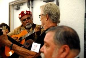 Chris Kristofferson, de perfil, cantando en el evento en  celebración de los 50 años de la huelga campesina de 1965. (Foto: Eduardo Stanley)
