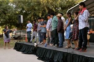 """Al finalizar la obra, protagonizada  por jóvenes de origen zapoteco, Brenda Ordaz presenta asu """"cast"""". (Foto: Eduardo Stanley)"""