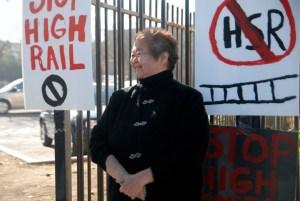 Kathy Omachi explicando porqué se opone a que al tren rápido pase por el Barrio Chino de Fresno (Foto: Eduardo Stanley)