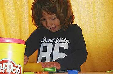 niño-jugando-y-sacando-la-lengua-educadiver