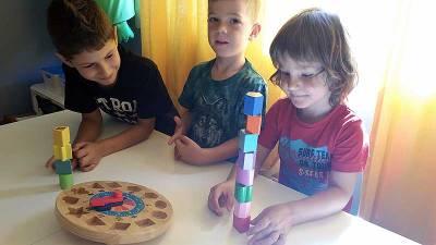 niños-apilando-piezas-reloj-infantil-juguetes-tradicionales-educadiver