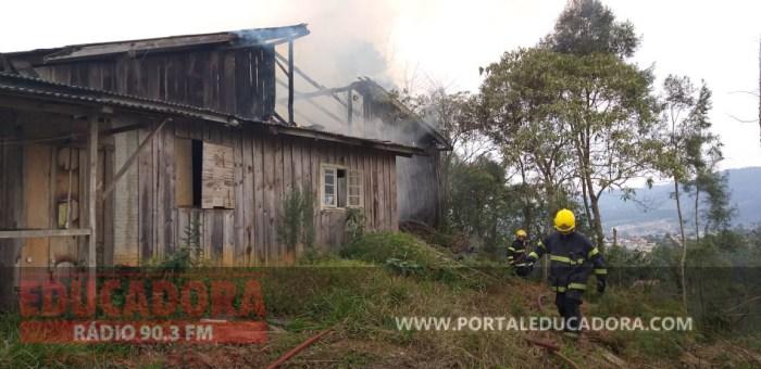 FOTOS: Bombeiros atendem a incêndio em Taió