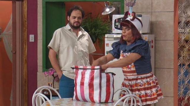 Matheus Ceará e Cinderela no humorístico Tá Puxado (Foto: Reprodução/TV Jornal/SBT)