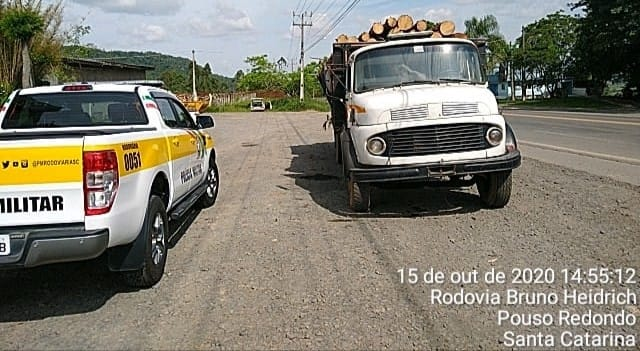 Caminhão sem placa e com registro de roubo é apreendido em Taió