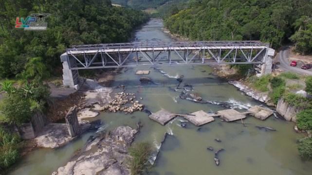 Cinco anos depois da ponte ser arrastada pela enchente, comunidade ainda espera pela conclusão da nova estrutura, que poderia reduzir o trajeto em 35 quilômetros (Foto: Divulgação)