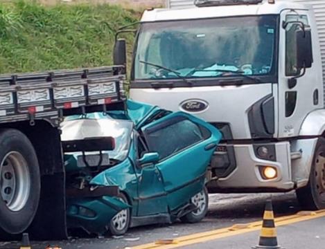 Engavetamento deixa carro destruído na BR-470, em Rio do Sul