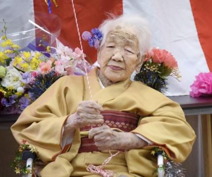 Kane Tanaka, que nasceu em 1903, celebra o seu então 117º aniversário em Fukuoka, no Japão, em 5 de janeiro de 2020 (Foto: Kyodo via Reuters)