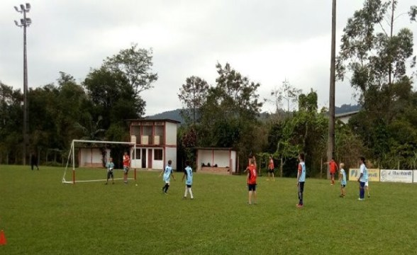 Escolinha de futebol retorna com os treinamentos nesta terça (11), em Taió